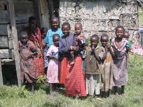 Niños masai delante de una choza
