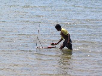 Niño jugando con su dhow de juguete. Lamu, Kenya. Septiembre de 2006