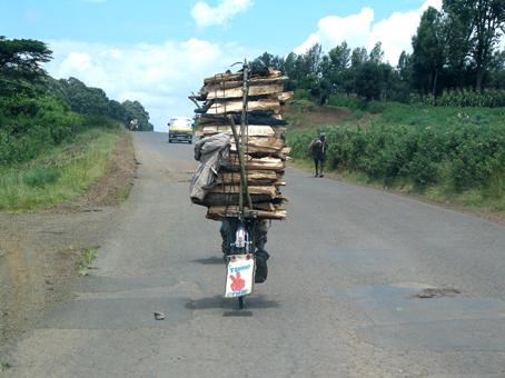 Bicicleta transportando madera. Kenya, septiembre de 2005