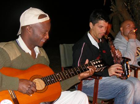 Figue y Fred tocando en Losho. Kenya. Septiembre de 2007