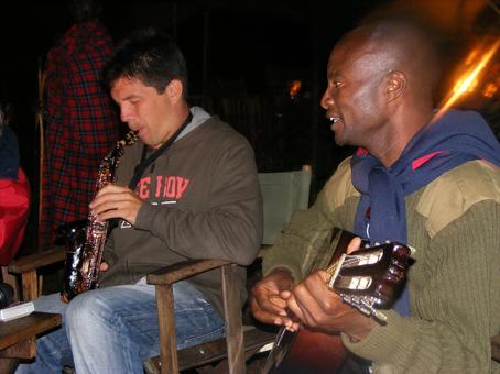 Figue y Fred tocando en Kilima Camp. Kenya. Septiembre de 2007