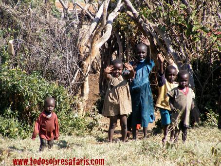 Niños Masai junto a Losho. Kenya, agosto de2007