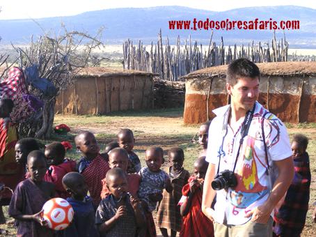 Juan rodeado de niños masai en Losho. Kenya. Septiembre de2007